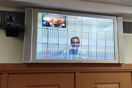 Гомзин выступал в суде по видеосвязи. Он изменился: коротко подстригся и очень похудел