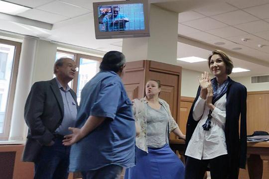 После удаления федерального судьи Макаров в совещательную комнату, Елена Гомзина воспользовалась шансом пообщаться с мужем. Она встала напротив камеры и жестами общалась с супругом