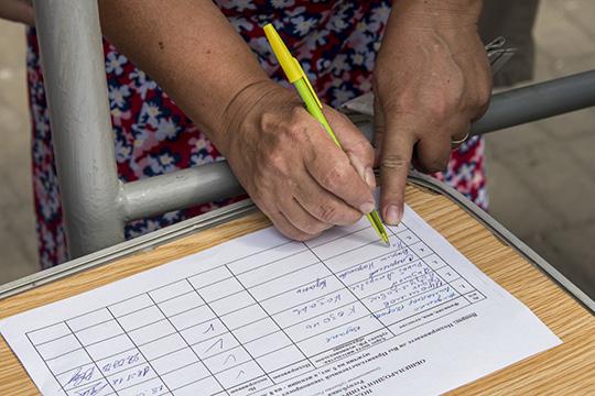 Главную претензию выдвинули эксперты-почерковеды— значительная часть автографов сделаны одной рукой
