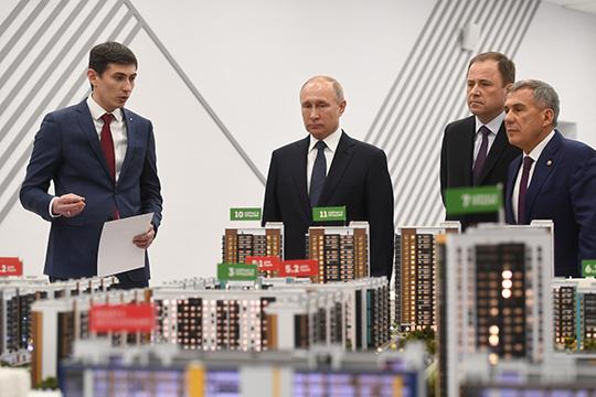 Лидером среди застройщиков РТ остается «Унистрой». Впрочем публично компанию представляют не владельцы. Даже макет <a href='db_complex_id118'>ЖК «Art City»</a> Путину показывал гендиректор компании Радик Салимгараев (слева)