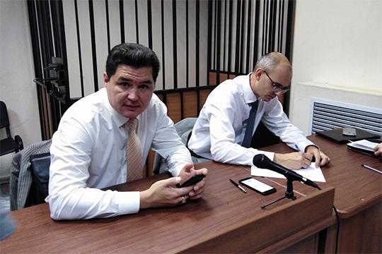 Выйдя из-под домашнего ареста, Артем Люлинский (справа) вошел в здание суда в присутствии своего адвоката Марселя Бадрутдинова за 10 минут до начала заседания