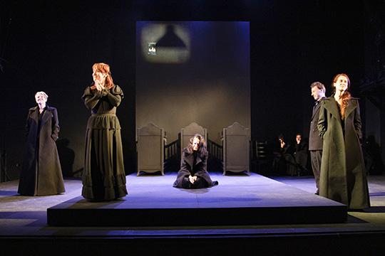Театральная условность в постановке Дениса Хусниярова доведена до предела: минималистические декорации, однотонная темная одежда на актерах, минимум действий