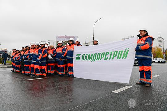 Запять минут доэтого новую дорогу перекрыли ивывели нанее несколько десятков работников «Камдорстроя»— подрядчика капремонта