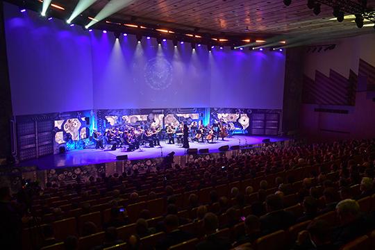 Прямо сейчас в челнинском Органном зале завершается концертная программа КАМАЗа, подобно тому, как «Татнефть» отмечает День нефтяника в Альметьевске