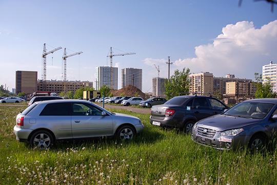 «Намой взгляд, проблему парковок без муниципалитета мыникогда нерешим. Почему? Ну, хотябы потому, что людей, которые паркуются нагазоне, надо штрафовать»
