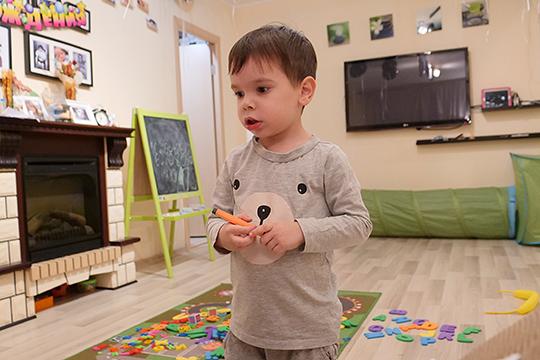 Тамерлан Ситдиков в свои четыре года изучает 40 языков. В год он уже знал русский и английский алфавиты, а в два с половиной уже отгадывал кроссворды