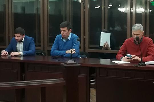 Из четверых подсудимых только Косарев находился под стражей: за все время чтения приговора он ни разу не убрал от лица руку с папкой бумаг