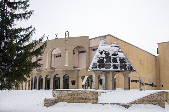 Время отвремени муниципальные власти предлагали локации для нового театра, нониодин изпроектов небыл реализован, пока угорода непоявился вариант сбывшим РК«Колизей»