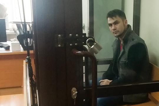 Первым взал суда завелиКирилла Васильева. 30-летний невысокий мужчина, уроженец Перми, представилсядиректором компании «Безопасный город». Онрассказал суду, что детей унего нет, судим небыл, живет вКазани сгражданской женой