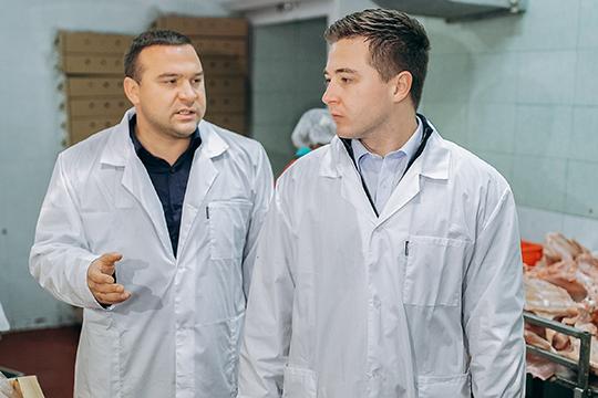 Ильнур Мадьяров (слева) и директор Гарантийного фонда РТ Темиргалиев Тимур (справа) на Агрофирме «Залесный»