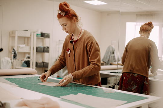 «Мыможем закупать итальянские ткани, ноэто существенно увеличит стоимость готового платья. Кроме того, мне кажется, что издорогой материи нужно шить уникальные вещи отизвестных дизайнеров»