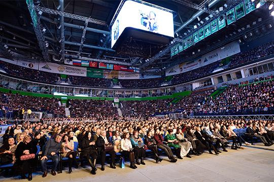 Концерт «Татар жыры» вУфе собрал более8000 зрителей. Публика судовольствием подпевала любимым исполнителям, поддерживая их, активно реагировала наслова ведущих