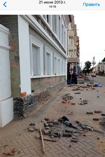 Хакимов показывает фотографии, датированные нателефоне 2013 годом, накоторых здание стоит уже вприличном виде