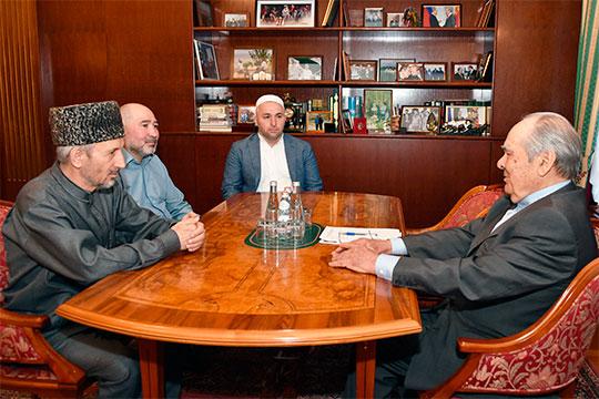 Хакимов продолжает и светскую жизнь: из официальной хроники известно, что в мае 2019 года он участвовал в визите в Казань муфтия Дагестана Ахмада Хаджи Абдулаева
