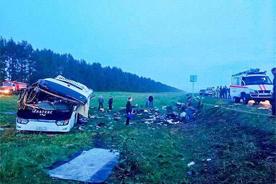 На51-м километре трассы Уфа— Инзер— Белорецк автобус стуристами изНабережных Челнов перевернулся ивылетел вкювет. Из39 пассажиров пострадал 21 человек, 6 погибли