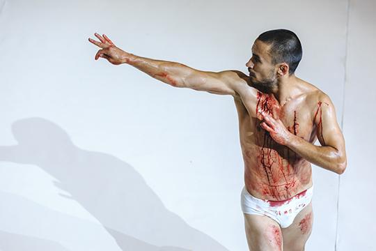 «Для мужчин кровь, рана и так далее — мужественно, а для женщины это выглядит совершенно по-другому. Вот такой разный взгляд»