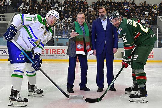 На трибунах сидели ветераны «Ак Барса», двое из них — Всеволод Елфимов и Алексей Чупин — произвели символическое вбрасывание перед матчем