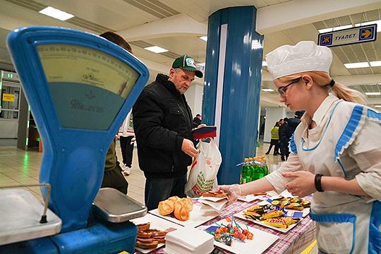 У столов со старыми весами зрители могли за 20 рублей купить бутерброды с колбасой и килькой или за пять рублей – чупа-чупсы