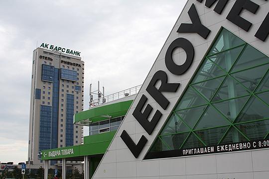 По оценкам экспертов, Castorama значительно проигрывает своему прямому конкуренту «Леруа» — как в плане выбора места расположения, работы с клиентом, так и в маркетинговой стратегии