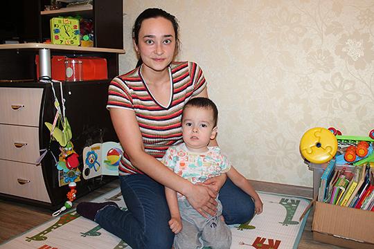 Мальчик не может самостоятельно передвигаться и сидеть. Но на необходимые приспособления нужно заплатить 469965 рублей