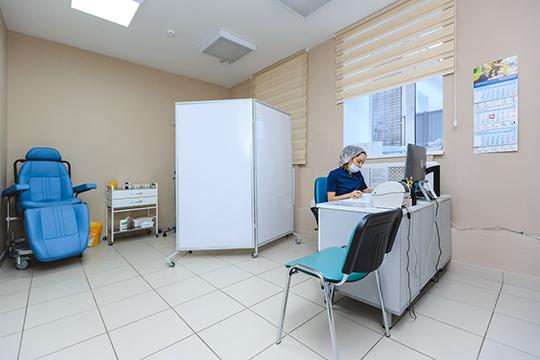 Вклинике работают 44 сотрудника, втом числе кандидаты идоктора медицинских наук, многие изкоторых пользуются авторитетом впрофессиональной среде изаслужили признание пациентов