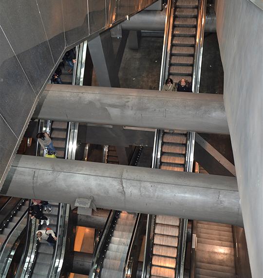 Многоярусная система эскалаторов на станции метро Garibaldi