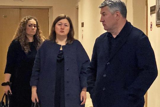 Несмотря на то, что суд не ставил под вопрос сам факт преступления, производство по уголовному делу в отношении Зарипова (справа) и Наумовой (слева) было прекращено