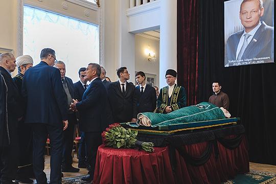 Рустам Минниханов что-то говорил вдове Хайруллина и его брату Илшату