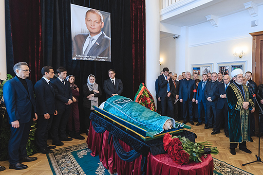 В здании Татарской государственной филармонии им. Г.Тукая прошла церемония прощания с Айратом Хайруллиным