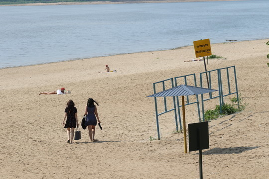 В 2014 году мэрия объявила конкурс на лучшие названия для городских пляжей. Как итог — сегодня мало кто в Челнах помнит, что пляж в Новом городе с тех пор именуется «Лазурным», а на ГЭСе — «Изумрудным»