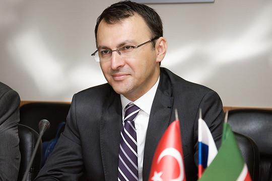 Турки будут строить олефиновый комплекс, известный как «Этилен-600». Контракт подписывали гендиректор ПАО «Нижнекамскнефтехим» Азат Бикмурзин и гендиректор «Гемонта» Мухиттин Акташ (на фото)