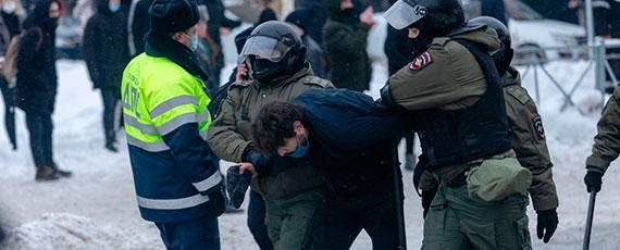 Рассказы пойманных намитинге Навального: «Сотрудники были культурными, догола раздели, всё проверили»
